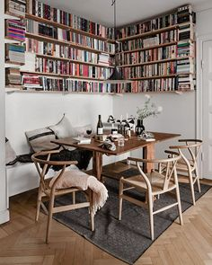 A lovely Scandi dining nook filled with books 📚 what are you reading lately? 😊 styling by & photo by for Scandi Living, Dining Nook, Scandinavian Home, Home Design, Cheap Home Decor, Home Remodeling, Small Spaces, Living Spaces, Living Room
