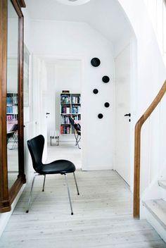 Funkis med hygge - Boligliv - ALT.dk Arne Jacobsen Chair, Hygge, Home And Living, Living Room, Interior And Exterior, Interior Design, Danish Design, Scandinavian Design, Entryway Decor