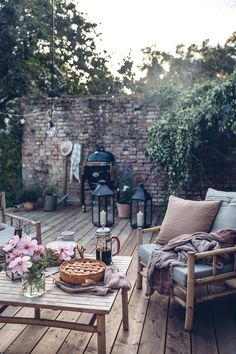 Une cuisine inspirante dans la campagne - PLANETE DECO a homes world Back Gardens, Outdoor Gardens, Garden Furniture, Outdoor Furniture Sets, Gazebo, Pergola, Rustic Outdoor Decor, Small Courtyards, Small Courtyard Gardens