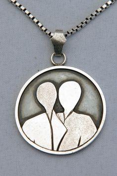 zilveren medaillon hanger met silhouetten van 2 figuren gemaakt door edelsmid Marja Schilt. www.marjaschilt.nl