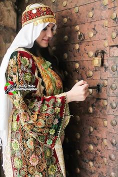 Caftan e tradición Pretty Outfits, Beautiful Outfits, Kurti With Jacket, Palestine History, Islam Women, Costumes Around The World, Palestinian Embroidery, Girl Hijab, Beautiful Hijab