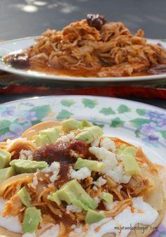 Deliciosa tinga de pollo, receta Mexicana. Se puede servir en tostadas, agregar aguacate y salsa picante encima.