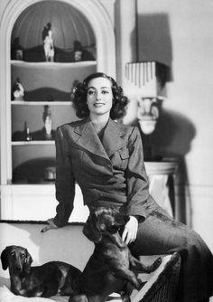 Joan Crawford at home Old Hollywood Movies, Old Hollywood Stars, Old Hollywood Glamour, Golden Age Of Hollywood, Classic Hollywood, Hollywood Divas, Vintage Dachshund, Dachshund Love, Daschund
