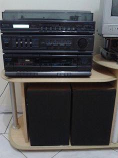 Aparelho de Som Panasonic 3 em 1 Toca disco, fita cassette para deck 1 e deck 2, rádio AM/FM, entrada para phone, som stereo tuner, duas caixas de som e visor digital.