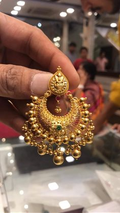 Chand Bali Earrings Gold, Gold Jhumka Earrings, Jewelry Design Earrings, Gold Earrings Designs, Gold Jewellery Design, Gold Mangalsutra Designs, Gold Jewelry Simple, Jewelry Patterns, Antiques