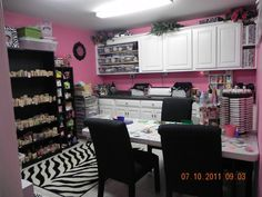 Love the color scheme in this beautifully organized craft room!