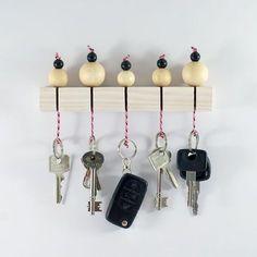 Mit ein paar Zutaten aus dem Baumarkt kannst du ganz unkompliziert ein tolles Schlüsselbord basteln: Holz, Perlen und Paracord. Für mehr Ordnung im neuen Jahr!