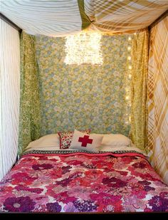 vintage sheets-- this is the third awesome combo of colors that I've seen this bedspread in. I have it with purples. Small Sunroom, Old Lamp Shades, Smile And Wave, Bedding Inspiration, Vintage Sheets, Vintage Fabrics, Light Project, Beautiful Mess, Beautiful Pictures