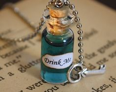 https://www.etsy.com/it/listing/62847944/alice-in-wonderland-drink-me-vial?ref=favs_view_2  Articoli che mi piacciono di Laura su Etsy