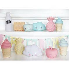 Die Miniatur-Lampen von A little lovely Company verschönern jedes Kinderzimmer. Ob als Eis am Stiel, Wolke, Geist, Apfel, Birne, Ananas oder Eiswaffel, ja sogar als Keks, Milchflasche oder Mond lassen die Mini Lampen von A little lovely Company keine Wünsche offen.  A little lovely Company Lampe Milch Mini