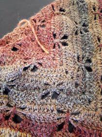 Au Crochet qui m'aille...: Mon châle libellule Poncho Crochet, Filet Crochet, Crochet Scarves, Diy Crochet, Crochet Clothes, Crochet Stitches, Prayer Shawl, Knit Patterns, Knitting