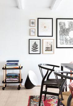 Wishbone chair by Hans J. Wegner from Carl Hansen & Søn | Billedvæg i neutrale nuancer