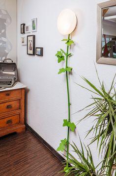 Kabelranke Plants, Ahorn, Farbe grün. Eine Wandleuchte erhellt nun eine dunkle Raumecke.