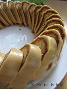on yksi mun lempparikahvikakuista!   Erityisen siitä tekee sopivan tiivis kakku ja makea, kinuskinen kuorrutus.     Tein nämä kakut  hääka...