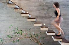 escalier sans rampe ni main courante- marches flottantes et mur en béton