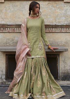 Nikkah/ Mehndi dress inspo for bride/ grooms side Shadi Dresses, Pakistani Formal Dresses, Pakistani Fashion Casual, Pakistani Wedding Outfits, Pakistani Bridal Dresses, Pakistani Dress Design, Bridal Outfits, Indian Fashion, Pakistani Gharara