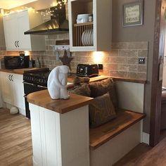 Kitchen seat parys home decor, best tiny house и kitchen seating. Kitchen Living, New Kitchen, Kitchen Decor, Living Rooms, Cottage Kitchens, Home Kitchens, Kitchen Ideas For Cottages, Wooden Kitchens, Open Plan Kitchen