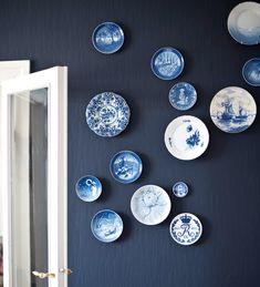 Mooi de blauwe muur met die bordjes.