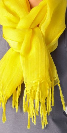 OOTD Inspiration for my Monday:  Yellow scarf.. Great way to and pop to the begining of the work week.