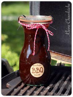 """BBQ Sauce zum Grillen oder zum Fondue  Zutaten  (für ca. 250 ml Sauce)     1 Tube Tomatenmark (200 g)  1 große Schalotte  1-2 Knoblauchzehen  4 EL dunkler Honig  4 EL Balsamico Essig  3 EL Melasse (gibt es im Bioladen)  3 TL Rauchsalz (z.B. von Fuchs """"Old Hickory"""")  1 TL Paprika de la Vera (geräuchertes Paprikapulver)  1 TL gemahlene Senfsaat  1 TL Cayenne Pfeffer  250 ml Wasser  ggf. etwas Whiskey zum Abschmecken"""