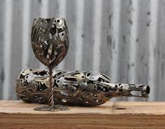 Художник превращает старые монеты и ключи в произведения искусства. Фужер и бутылка из ключей