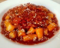 Nhoque de abóbora com carne seca e molho de tomates frescos