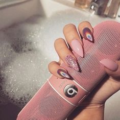 The advantage of the gel is that it allows you to enjoy your French manicure for a long time. There are four different ways to make a French manicure on gel nails. Cute Acrylic Nails, Acrylic Nail Designs, Holographic Nails Acrylic, Hair And Nails, My Nails, Crome Nails, Birthday Nails, Pink Birthday, Nagel Gel