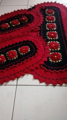 Jogo de cozinha de croche na cor vermelho e preto  Jogo com três peças sendo uma passadeirade 1,40 metro e dois tapetes de 80 cm.  Pode ser feito em outras cores e tamanhos