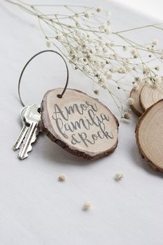 We celebrate with a handmade keychain made of wood slices and transfer technique, Natural style! Wooden Keychain, Diy Keychain, Diy Christmas Presents, Christmas Diy, Handmade Crafts, Diy And Crafts, Woodworking Workshop, Camping Crafts, Diy Pallet Projects