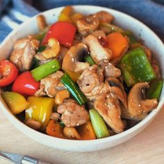 Spicy chicken wok with cashew nuts and sesame- Spicy kyllingwok med cashewnøtter og sesam Spicy chicken wok with cashews and sesame – Sugar free Everyday - Chinese Dishes Recipes, Asian Recipes, Healthy Recipes, Ethnic Recipes, I Love Food, Good Food, Food Inspiration, The Best, Chicken Recipes