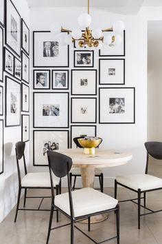 Schlichter naturbelassener Esstisch aus Holz, runder Holztisch, runder Esstisch, schlichte schwarze Esstischstühle im Industriedesign, Esszimmer mit Bildergalerie, Ideen Esszimmer