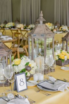 decoración de color amarillo mostaza para la boda