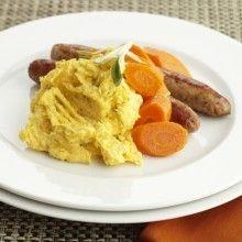 Schil de aardappelen en pompoen, snijd in blokjes en gaar in gezouten water. Giet af en pureer. Roer hierdoor de mascarpone en kruid met salie, peper en zout. Bak de worstjes en serveer.