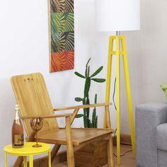 Com design contemporâneo despojado, a Luminária de Piso Sirigaita é uma opção indicada para espaço modernos com uma iluminação acolhedora e aconchegante. #luminariaamarela #abajuramarelo #abajurdepiso #abajurdechao #luminariatripe #luminariadechao #luminariatripedemadeira #abajurtripedemadeira #decoratingideas