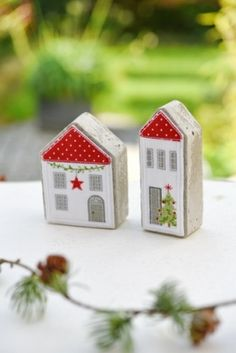 Häuser-Set mit Stickanleitung – Keep up with the times. Christmas Village Houses, Wooden Christmas Ornaments, House Ornaments, Handmade Ornaments, Handmade Christmas, Christmas Crafts, Ornaments Ideas, Scrap Wood Crafts, Wood Block Crafts