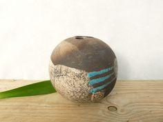 Vase en céramique rond émail raku blanc et bleu. Cette pièce a été cuite un première fois à 1000 degrés (biscuitage), puis une seconde fois après émaillage dans un four - 16658241