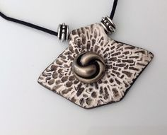 Collier noir, blanc, pendentif pâte polymère texturée, forme losange, bouton métal argenté vieilli spiralé : Collier par agape