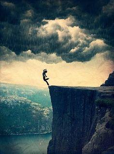 Jeg står på kanten av stupet /Jeg faller /  Står du der for å ta i mot meg? /   Eller lar du meg falle ned i avgrunnen? /  Jeg faller. / Fort!