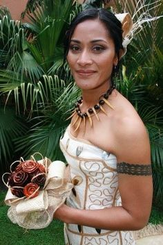 Beautiful Island Bride Polynesian Girls, Polynesian Designs, Polynesian Islands, Island Wedding Dresses, Island Weddings, Beautiful Bride, Gorgeous Women, Fiji People, Native American Beauty