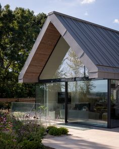 A cantilevered upper floor and a fully-glazed gable end feature in Field House in Berkshire, England, by architecture practice Spratley & Partners. Architecture Design, British Architecture, Cabinet D Architecture, Residential Architecture, Country Modern Home, Home Modern, Zinc Roof, Copper Roof, Wooden Panelling