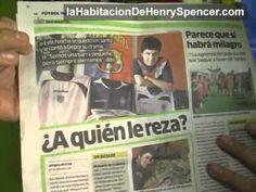 El estrafalario Luis Carlos Burneo pasó a la casa a conocer más de la colección. A pesar de que no le gusta el fútbol no dejó de asombrarse con la colección.