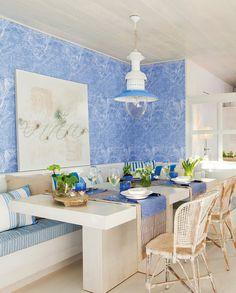 En el comedor Mesa de Knowhaus, sillas de Sacum, cuadro de Coton et Bois y caminos de Zara Home.