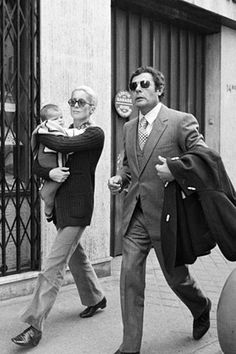 La gran Catherine Deneuve: Marcelo Mastroiani. Deneuve se separó de Bailey en 1970 y se enamoró del director de cine Marcello Mastroiani en el rodaje de Ça n'arrive pas qu'aux autres (1971). Un año después nació su hija, la bella Chiara Mastroiani, quien ha seguido los pasos de su madre y también es actriz.
