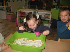 Oefening op fijne motoriek. Sensory Bins, Sensory Play, Reggio Emilia, Learning Centers, Kids Playing, Montessori, Restaurant, Fruit, School
