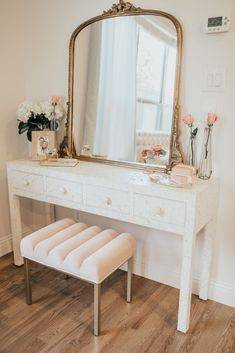 Most people love to make changes to their home all the time, but unfortunately, they aren't very good at interior design. Interior design does not have to be Room Ideas Bedroom, Home Bedroom, Bedrooms, Master Bedroom, Bedroom Table, Bedroom Carpet, Dressing Table Design, Bedroom Dressing Table, Dressing Table Vanity