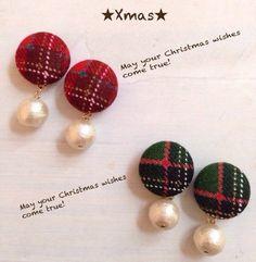 クリスマスカラーのくるみボタンにコットンパールをつけたピアスです。耳元を飾ってみてはいかがですか。ご希望のお色を備考欄にご記入ください。1.赤2.緑生地の場所によって多少写真と異なる場合がございますが、ご了承ください。くるみボタンサイズ 15mmコットンパール 8mm長さ 約25mm