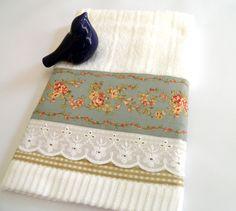 """Seu ambiente vai ficar muito mais charmoso com essa toalha para lavabo com barrado em tecido floral , xadrez e laise. <br> MEDIDAS DA TOALHA: 34 X 48 <br> <br> PRONTA ENTREGA. <br> <br>Em caso de dúvidas entre em contato através do botão """"contatar vendedor"""" nas páginas dos produtos."""