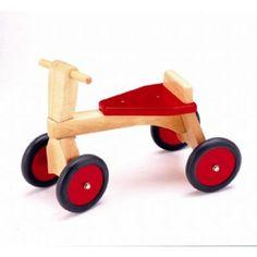 Pintoy- houten driewieler / houten loopfiets. Kleur: rood met blank gelakt hout. De houten vierwieler heeft een zithoogte van 23 centimeter en een stuurhoogte van 37,5 centimeter. Deze loopfiets is geschikt voor kinderen vanaf 14 maand. Afmetingen loopfietsje: 24 x 53 x 37.5 cm