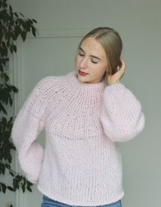Lavendel genser Knit Fashion, Sweater Fashion, Knit World, Creative Knitting, Mohair Sweater, How To Purl Knit, Cardigan Pattern, Knitting Designs, Pulls