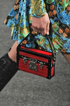 Editorialist's definitive roadmap to top trends of spring 2015 including box bags.  https://editorialist.com/magazine/12055/spring-summer-2015-accessories-report#0